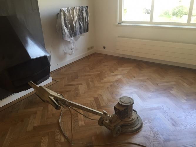 Houten vloer aangetast: schuren & kleine reparatie hvp