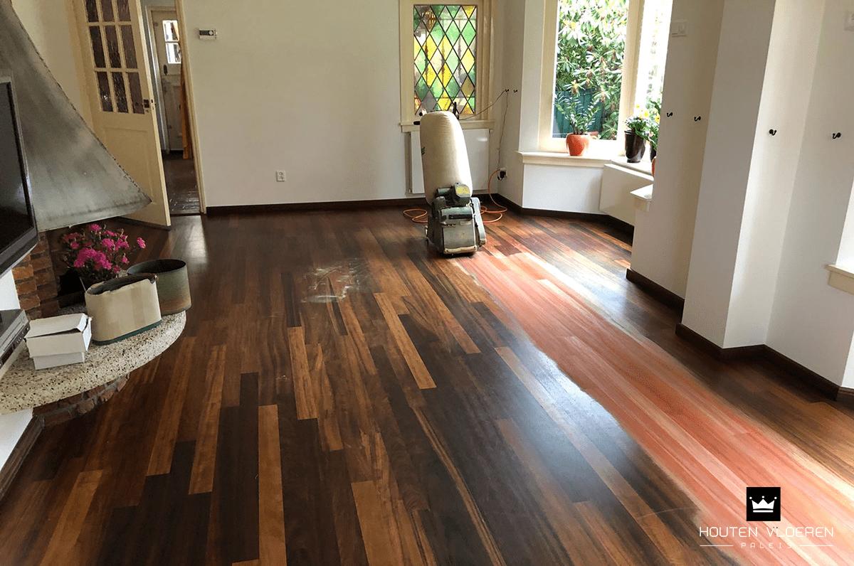 Lakken van een houten vloer met penseel u stockfoto amvorsuf